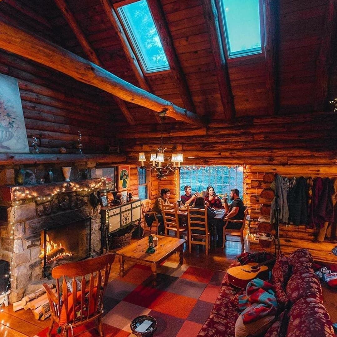 friends enjoying cabin