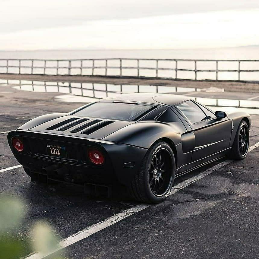 black Ford GT